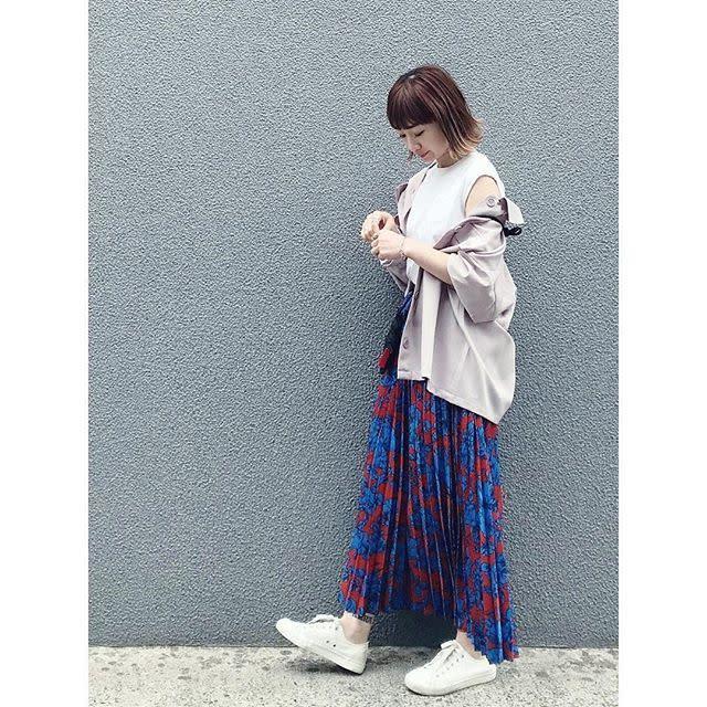 パキッとしたカラーでコーデにメリハリ! お目立ちカラーの花柄プリーツスカート