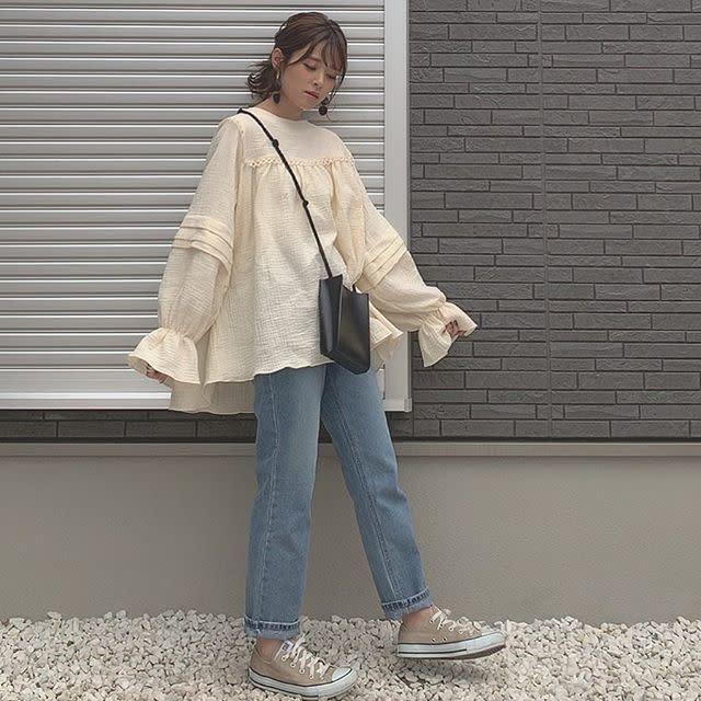 【デザインブラウスを主役に/03】オーバーサイズをすっぽり着るのがモードな気分