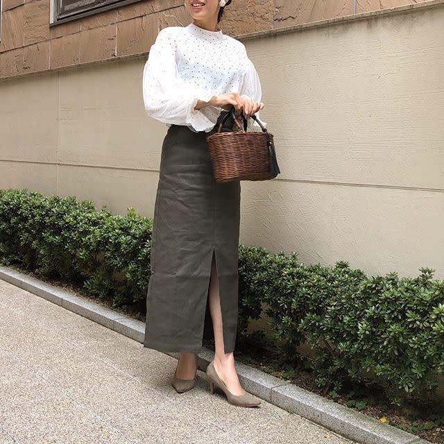 ふんわり袖のハイネックブラウスにきれいめスカートを合わせて大人っぽく