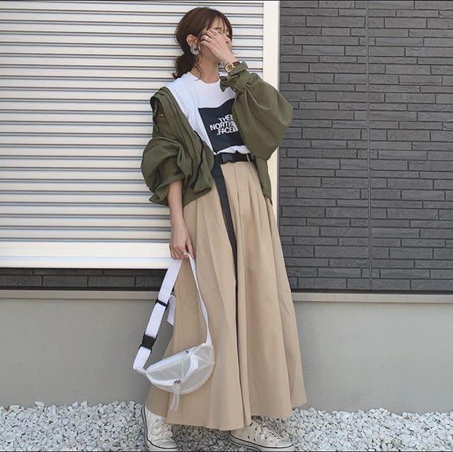 スカートとTシャツでフェミニンカジュアルに
