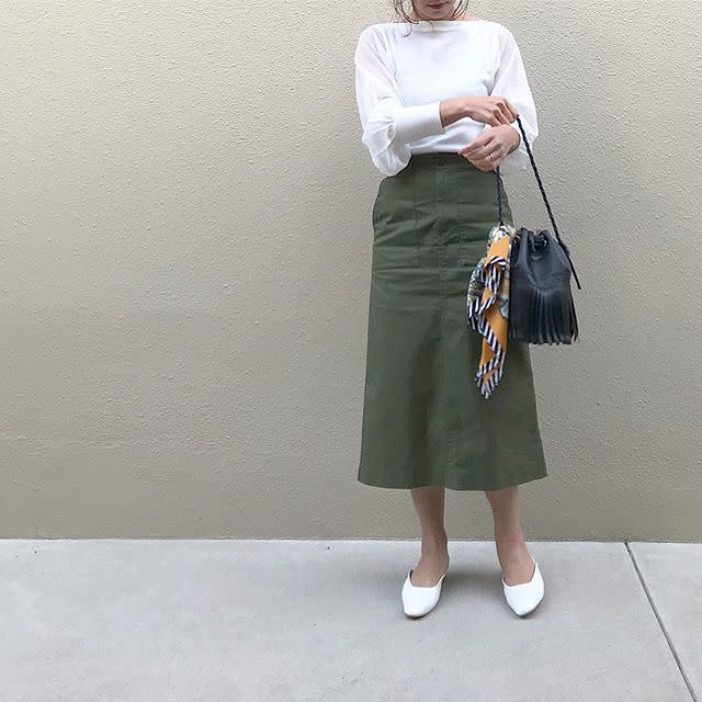 ユニクロのカジュアルなスカートには顔映りのいいトップスを