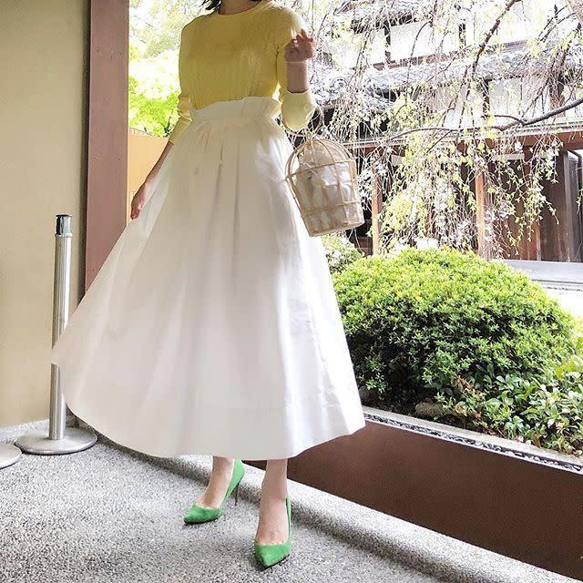 ぴったりめなトップス×白のフレアスカートで「フィット&フレアシルエット」に