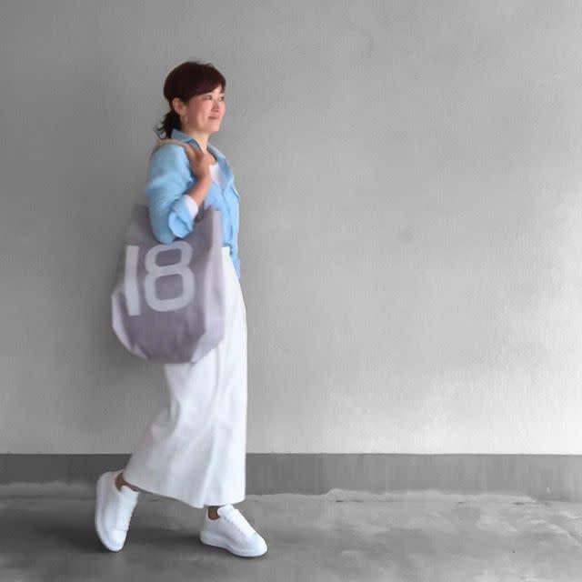 シャツ×ロングタイトスカートで女性らしく。けれどカジュアルに!