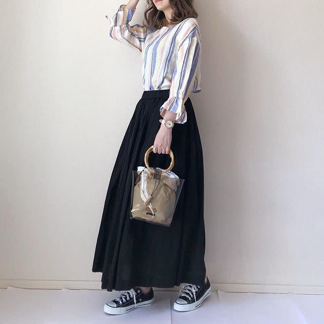 ベージュや黒のギャザースカートで大人っぽく
