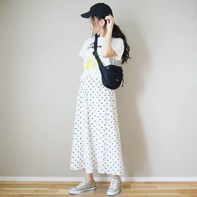 キレイな色柄スカートにはカジュアルなシューズで
