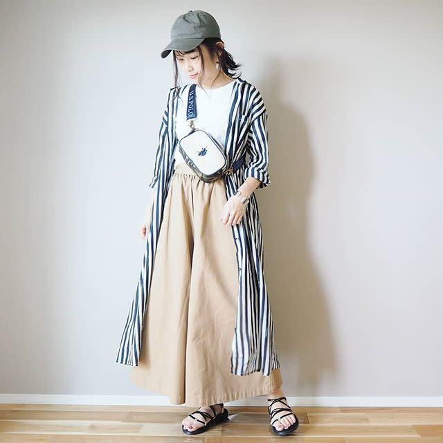 脚が楽ちんなワイドパンツにシャツワンピースを羽織ってシンプルおしゃれに