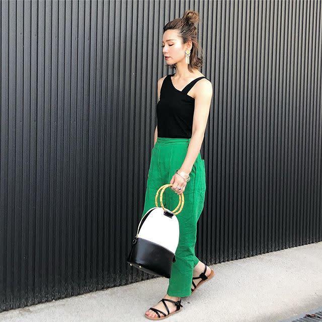 アシメデザインのタンクトップにパンツやスカートを合わせて