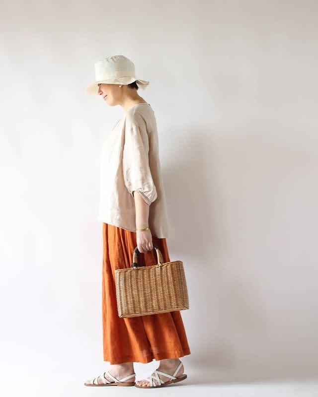 流行のカラースカートでくすみ系オレンジを取り入れて女性らしく