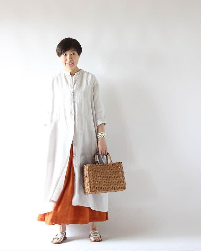 秋服×サンダルはカラーを揃えて統一感を