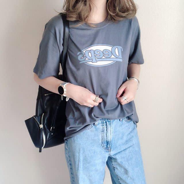 ディーホリックのヴィンテージっぽい「DeepsプリントTシャツ」はデニムに合わせてシンプルに