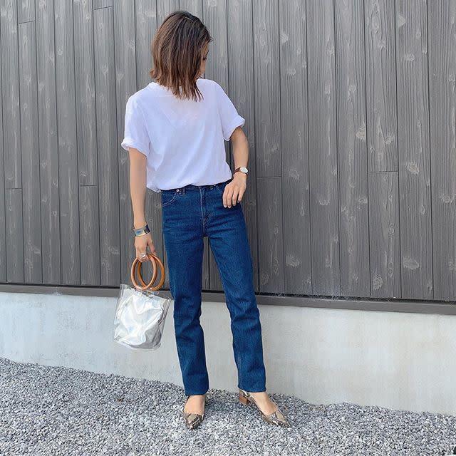 白Tシャツ×デニムはパイソン柄のパンプスでエッジを効かせて
