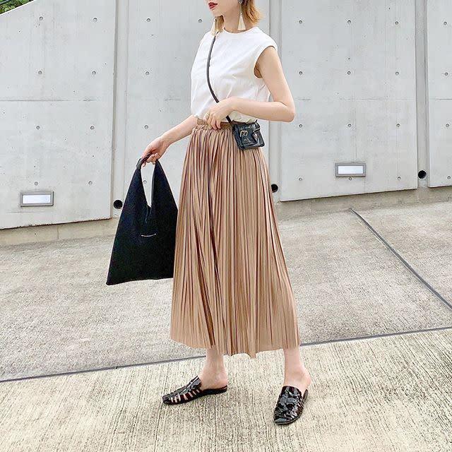 上品な「襟詰まりタンクトップ」に揺れ感のあるロングスカート