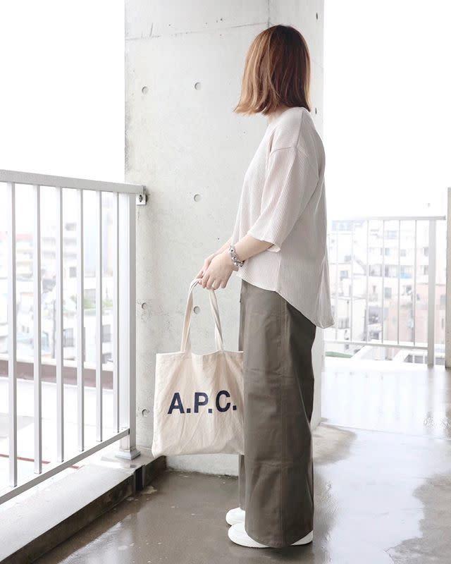 白でも透けにくく一枚で着こなせるワッフルTシャツ