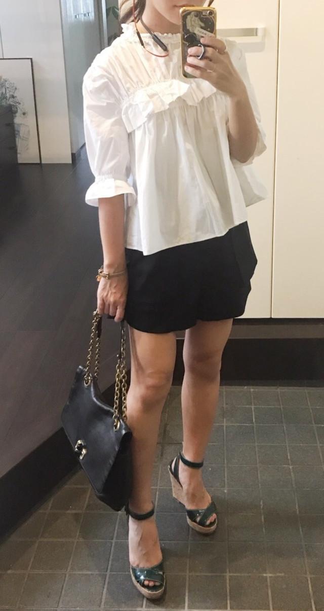 小柄な大人女子と相性のいいショートパンツは、黒色で取り入れて大人っぽく