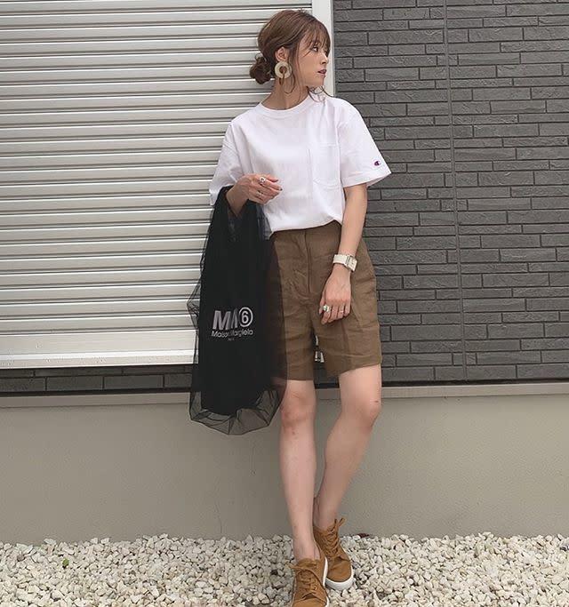 夏だからこそ爽やかに決まる! ホワイトTシャツ×濃色ブラウン