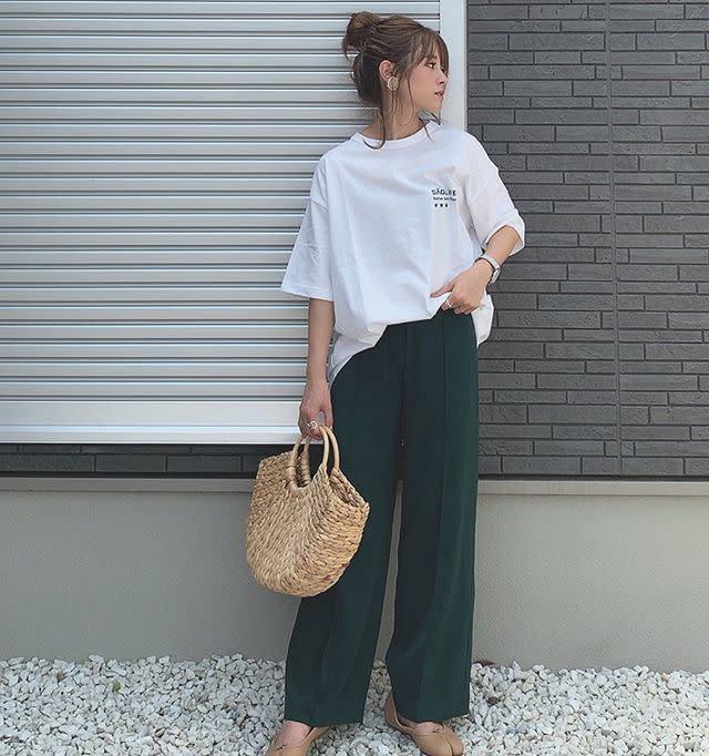 ホワイトTシャツを秋の装いへとシフト