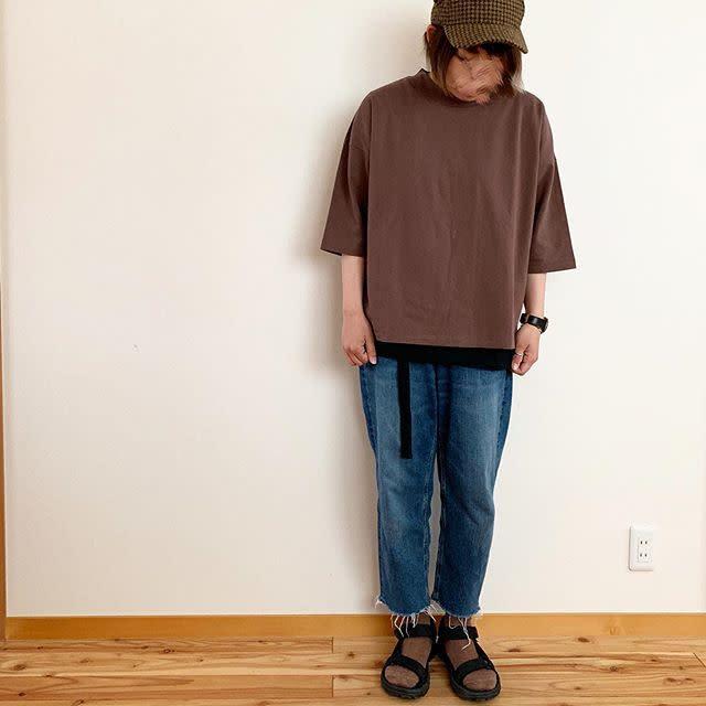 ブラウンのTシャツをデニムに合わせて、さらりとシンプルに