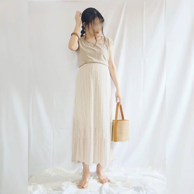 ホワイト&ベージュカラーで爽やかに。透かし編みニットスカートの上品コーデ