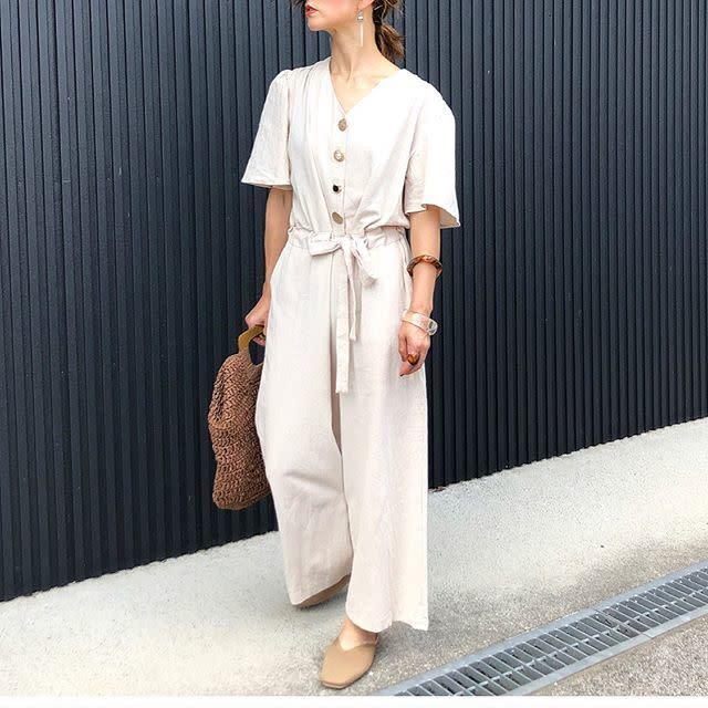 「半袖×ワイドパンツ」でモードっぽい印象のオールインワンが着こなしやすくなる