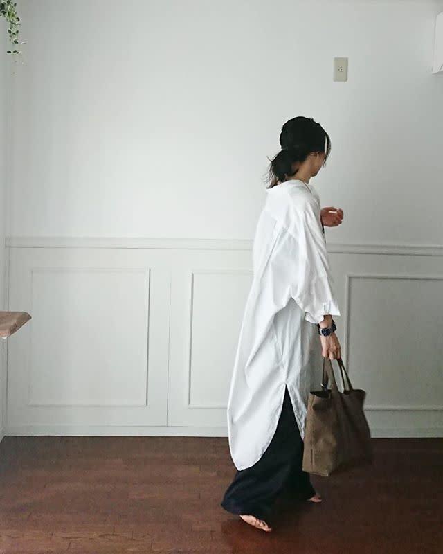 ふんわりオーバーサイズなシャツワンピースは抜き襟気味に着こなして