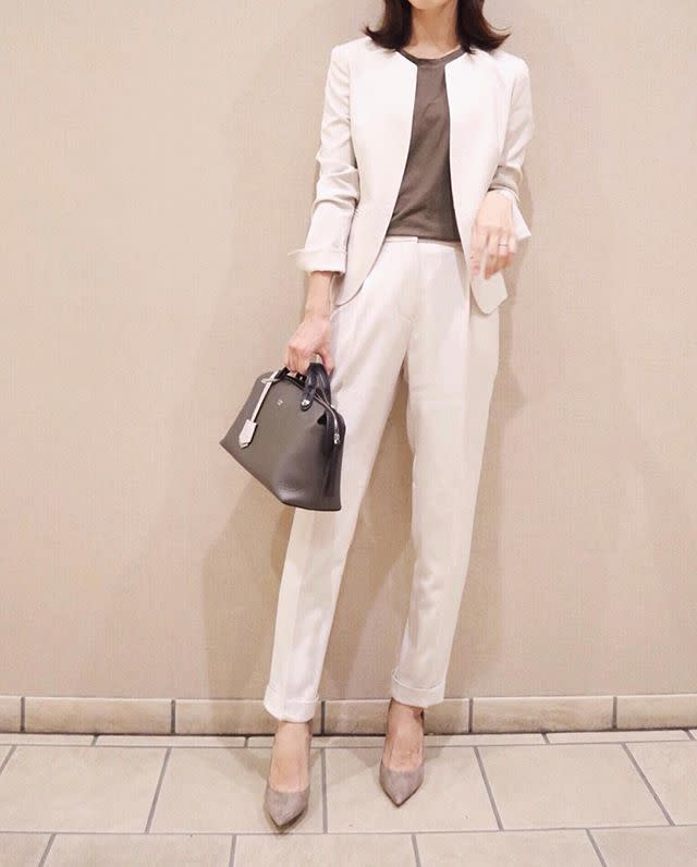 「白のパンツスーツ」で、品のあるハンサムママに