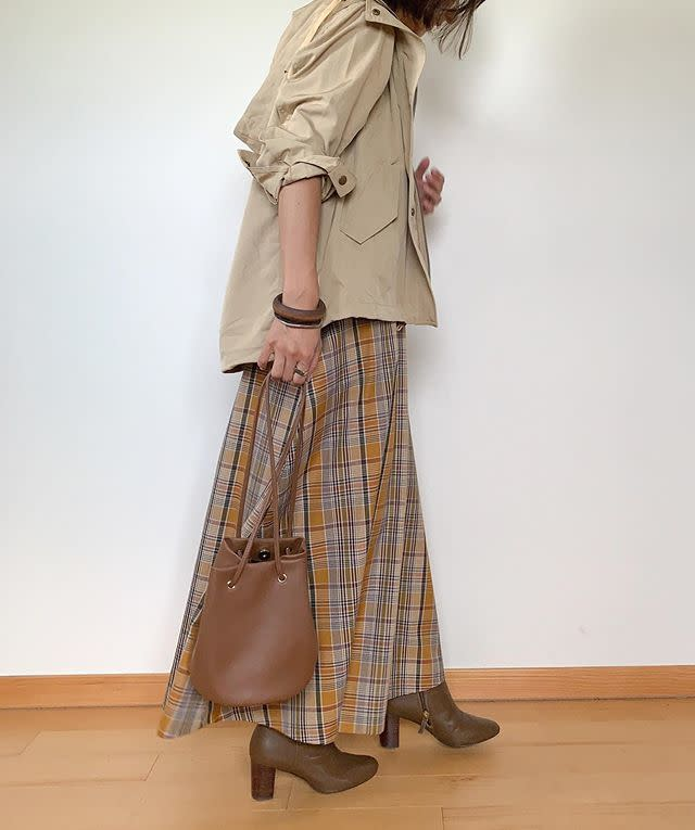 ベージュのマウンテンパーカーにチェック柄スカートで秋っぽく