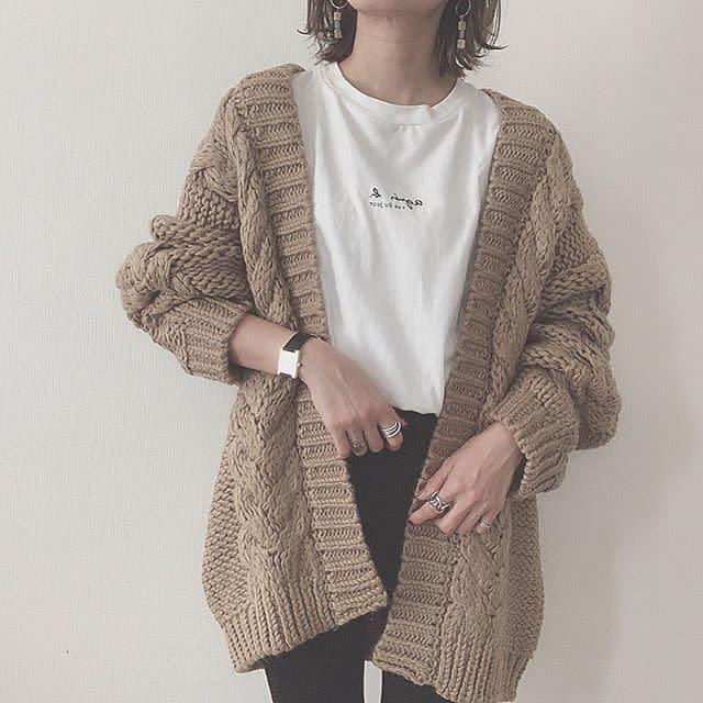 白Tシャツコーデ1:ざっくり編みのニットカーディガン×白T