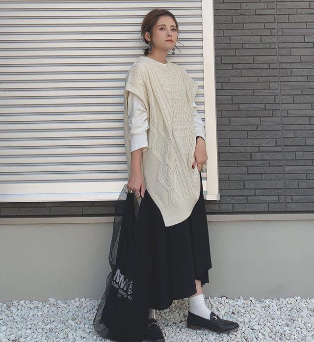トレンドアイテムも定番感のある黒のプリーツスカートで着こなしやすく