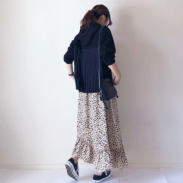 裾フリルのレオパード柄スカートで今っぽく可愛いスタイリングに