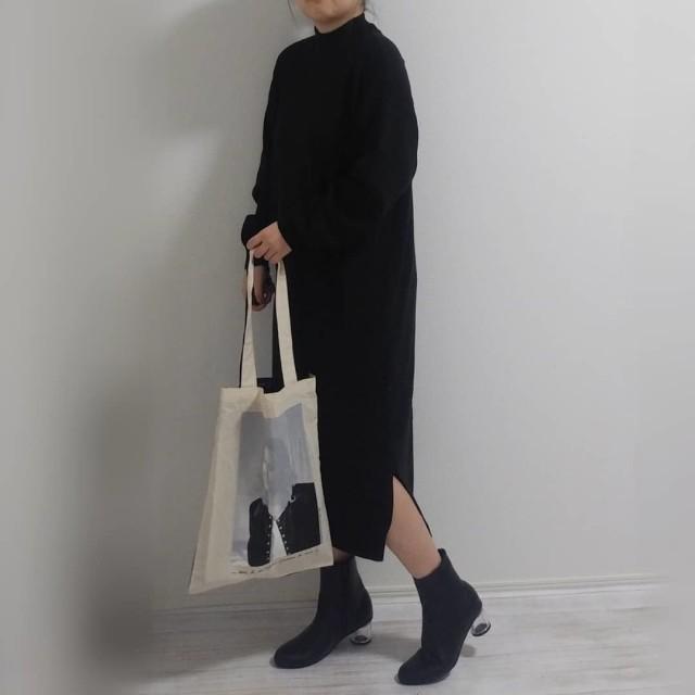 小物が映える、ボリューム袖のシンプルな黒のワンピース