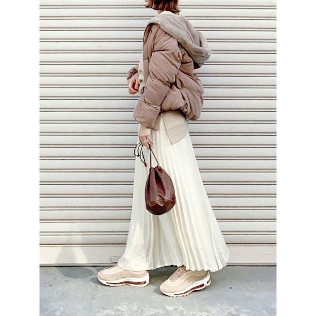 白のロングスカートにカジュアルなトップスとスニーカーでこなれ感を