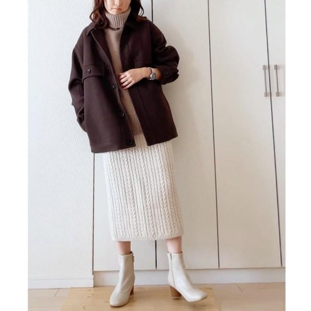 厚手ニット生地のチョイスで見た目に寒そうな白スカートにほっこり暖かみをプラス