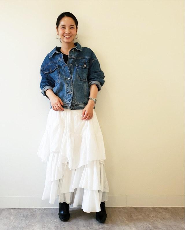 フェミニンな白スカートにデニムやざっくりニットを合わせたおしゃれな甘辛コーデ