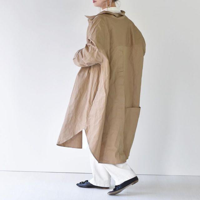 ホワイトよりやわらかく見える「ベージュシャツワンピース」の着こなし
