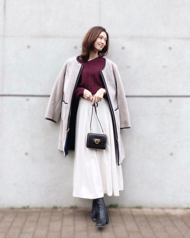淡色アウター×白スカートは「黒いブーツ」で冬っぽく引き締めて