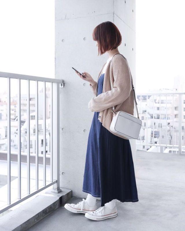 印象的なプリーツラインのオーバーオールスカート