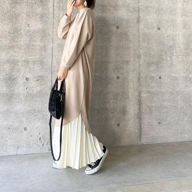 ひざ丈のワンピース×白のロングスカート