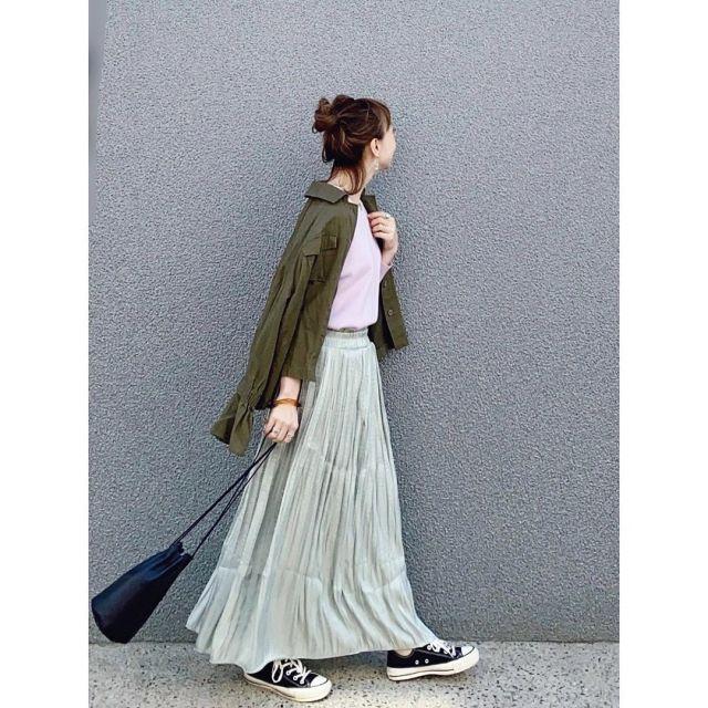 4. 素材感が旬! 「サテンのミントグリーンスカート」