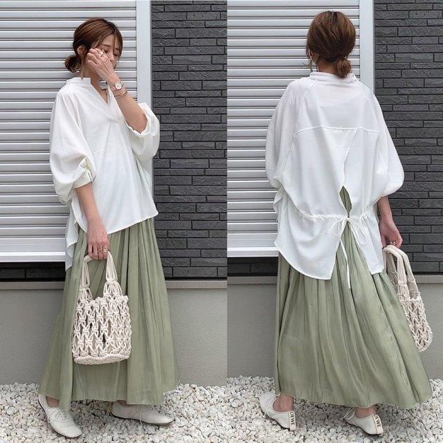バックコンシャスな白いシャツはグリーンのスカートでナチュラルに