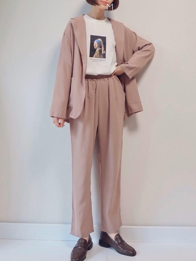 テーラードジャケット+パンツのセットアップは色と素材でテイストチェンジ