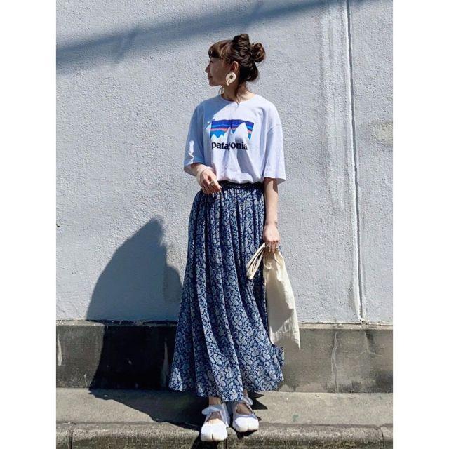 ロゴTシャツ×花柄ロングスカートでインパクトのあるラクチンスタイル♡