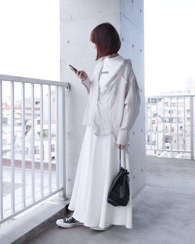 白のプリントTシャツで、白ワントーンを普段使いに