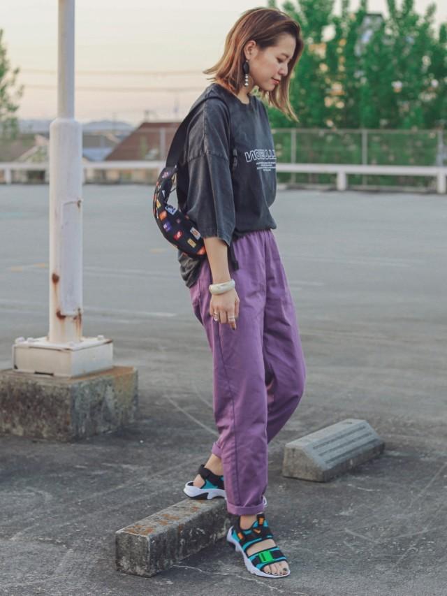 色モノが苦手でも着やすいのは「紫のボトムス」