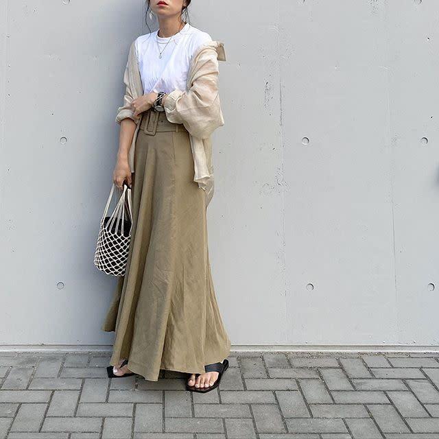 2. ニュアンスカラーのマキシ丈スカート