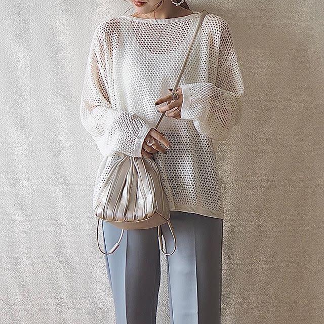 ざっくりした編み目から透け見えする「メッシュオーバーサイズセーター」