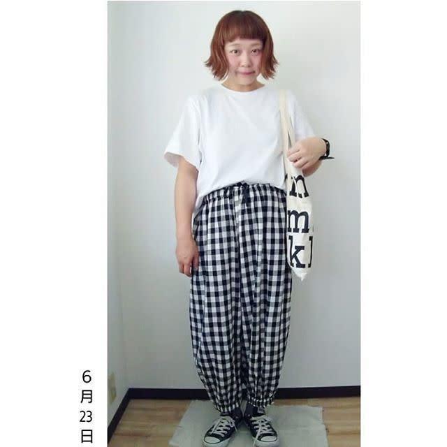 オーバーサイズのホワイトTシャツは「ブラック」で引き締めるのが鉄板!