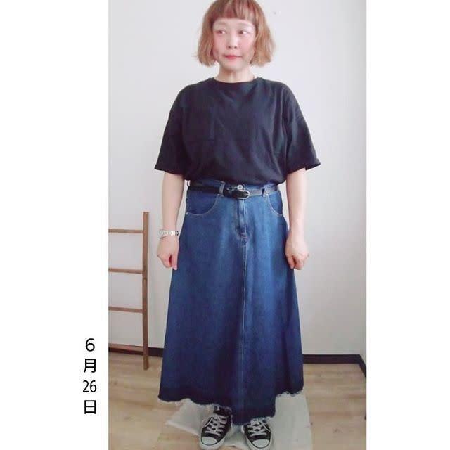 黒トップス×ロングスカートをキツく見せない「デニム素材」