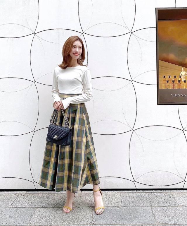 秋色のチェック柄スカートには「白Tシャツ」を合わせて爽やかに