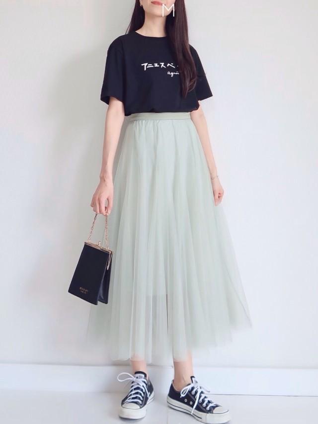 甘めカラーのチュールスカートは「遊び心のあるTシャツ」でカジュアルスタイルに