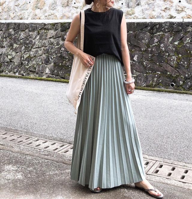 3. ブラックで凛とした印象に仕上げた、プリーツミントグリーンスカート